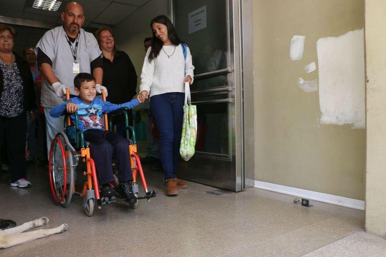 El chico sale del hospital