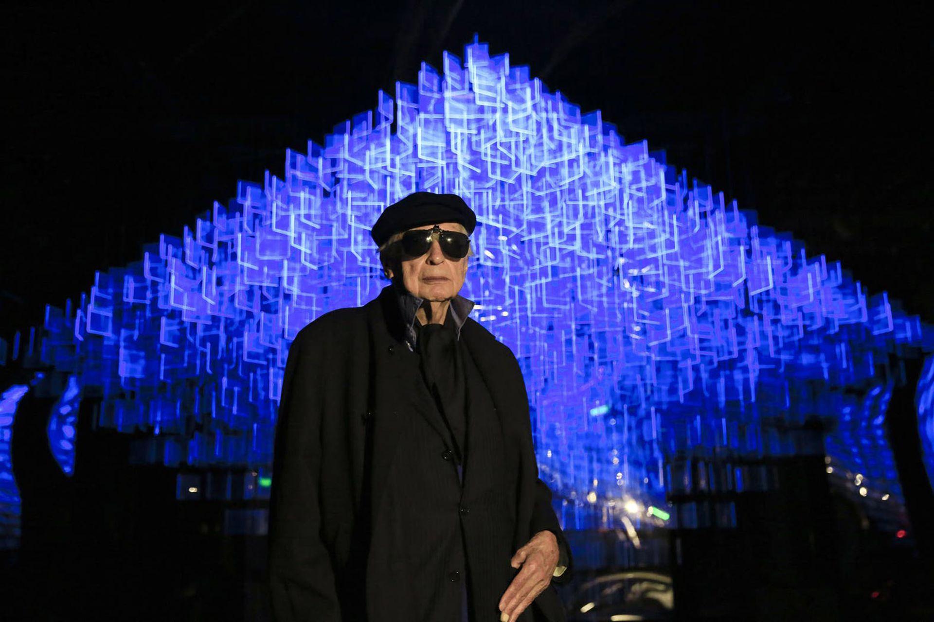 Julio Le Parc con el móvil que realizó para el Centro de Experimentación del Teatro Colón