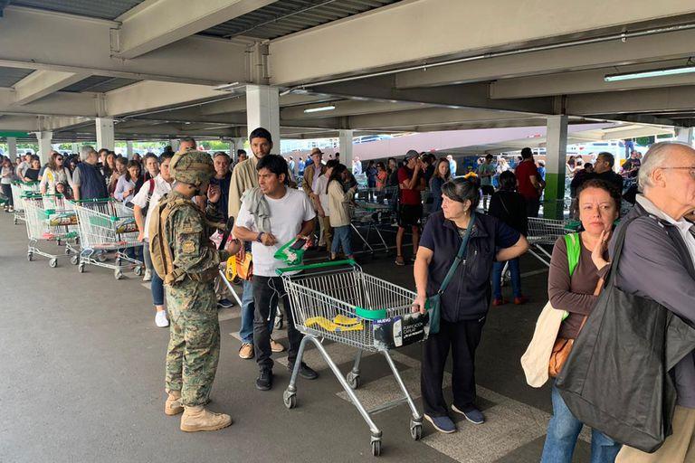 Largas colas en los supermercados chilenos para hacer compras