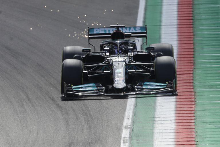 Lewis Hamilton le sacó chispas al Mercedes para llevarlo a lo más alto de la clasificación.