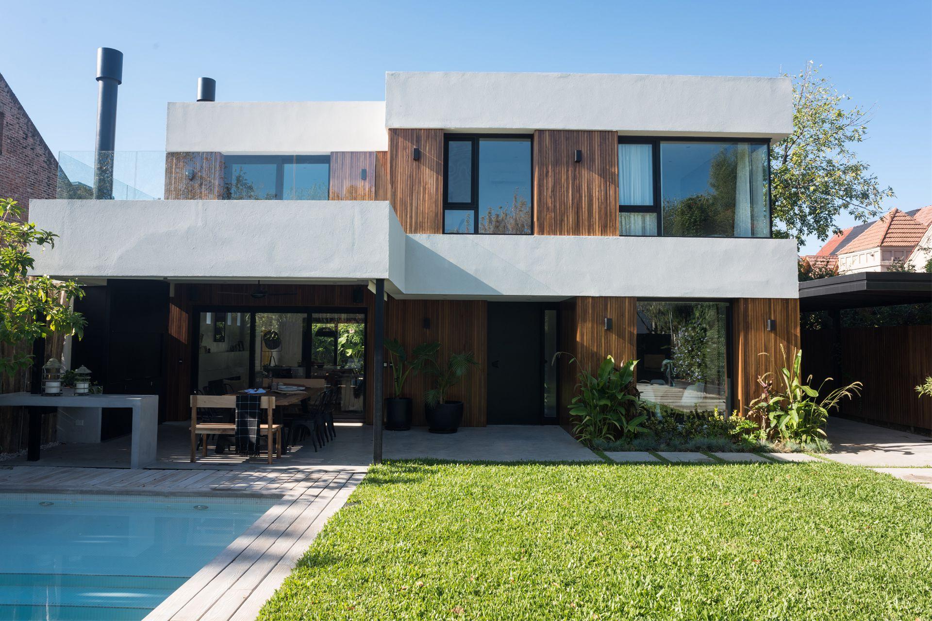 A la casa se accede por el jardín principal.  Las aberturas de PVC negro y los detalles en hierro aportan el toque final en irradiar ese aire a nuevo que la dueña tanto buscaba.