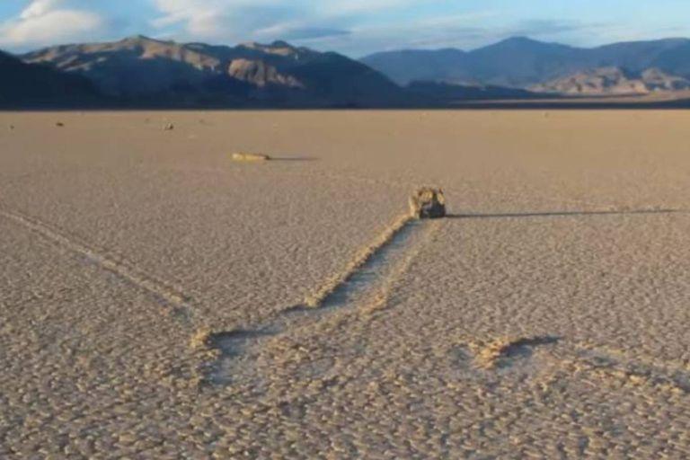 """Las """"rocas de vela"""" dejan una estela de varias decenas de metros en su enigmático recorrido"""