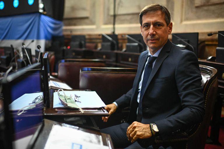 El senador Luis Naidenoff confirmó que tiene Covid