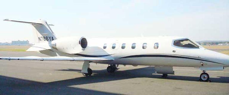 El avión Lear Jet 31 A fotografiado en el aeropuerto de Carrasco, Uruguay; la Justicia investiga si Jaime lo usaba como propio