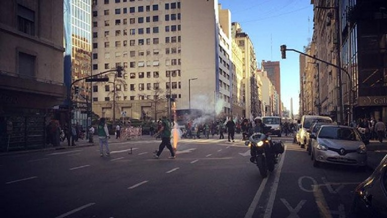 Tener la oficina en pleno Microcentro porteño parecía buena idea... salvo por las protestas que pueblan la Avenida Corrientes cada día.