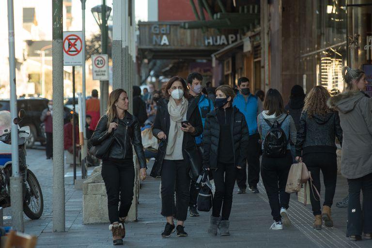 De compras por la calle Mitre, en el centro de Bariloche
