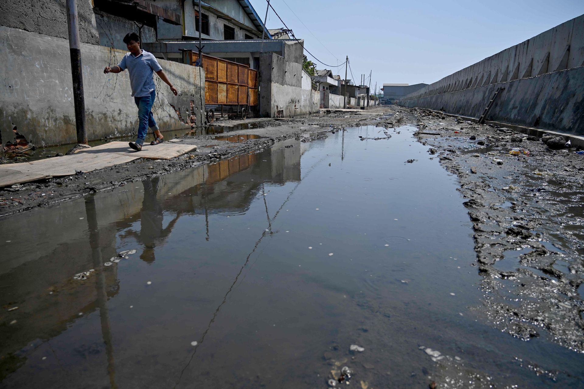 A pesar de las grandes murallas el agua filtra a través del suelo lo que la hace imposible de contener