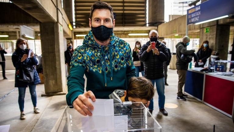Messi, acompañado por su hijo Thiago, votó por primera vez en las elecciones de Barcelona