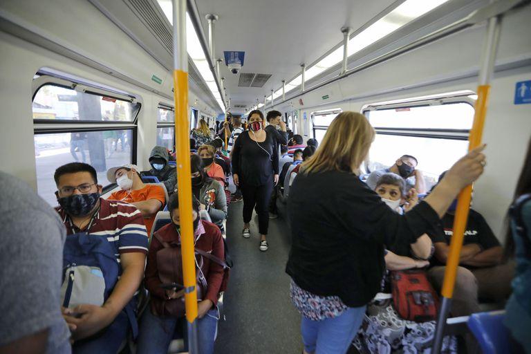 En el transporte público, sobre todo en el conurbano bonaerense, se da uno de los focos de contagios, según el Ministerio de Salud de la provincia