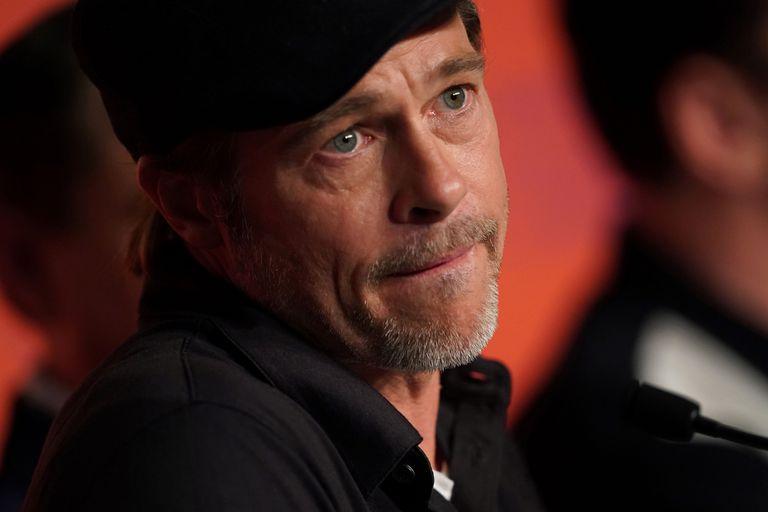 Brad Pitt escucha las preguntas de los periodista sobre el último film de Quentin Tarantino, Había una vez en... Hollywood