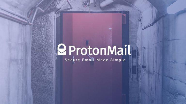 La puerta del sitio donde se alojan los servidores de ProtonMail, bajo 1000 metros de roca granítica, en Suiza