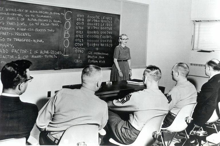 En un sector que crece, la presencia de mujeres es escasa en ámbitos universitarios y laborales; el apego a los estereotipos conspira contra una participación mayor. En la imagen, la matemática y física Grace Murray Hooper dando lecciones de programación moderna a una clase integrada por hombres, ci