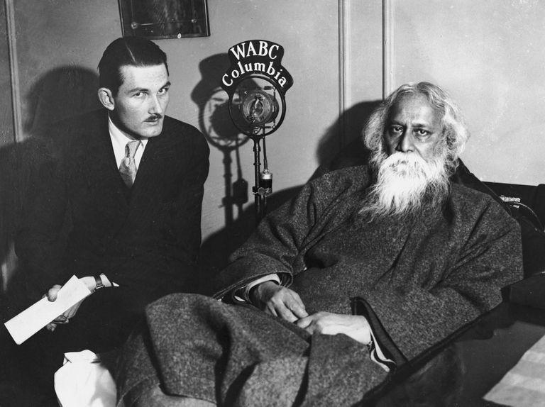Tagore viajó por todo el mundo; en la foto, Chester Williams, secretario ejecutivo de la Federación Nacional de Estudiantes, entrevista en 1931 al poeta y filósofo indio en Nueva York