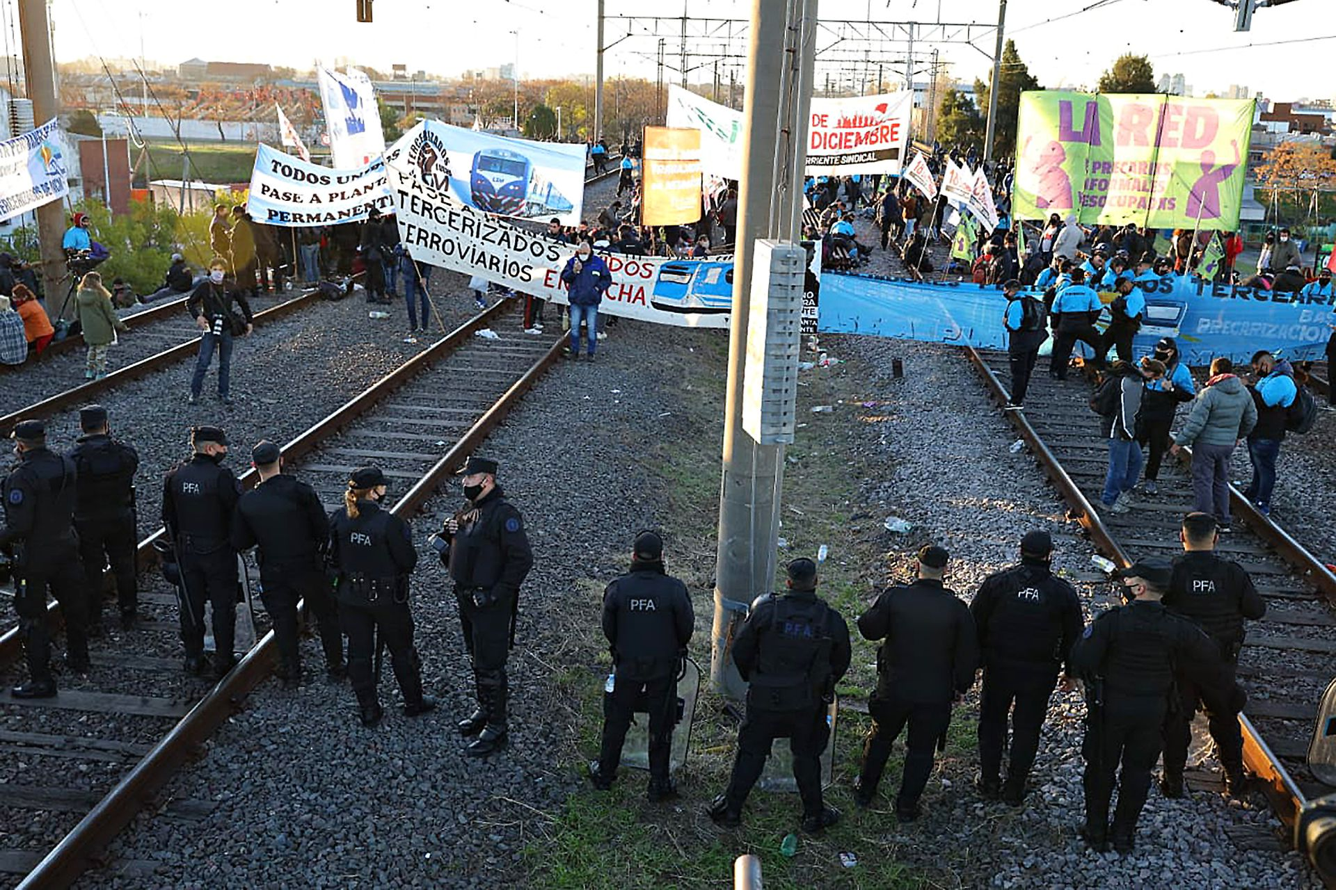 Los manifestantes durante el corte de las vías del ferrocarril Roca