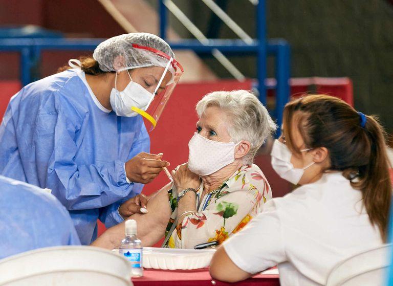 Una mujer es vacunada en Mendoza