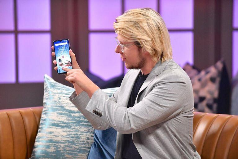 Erik Finman presenta su Teléfono de la Libertad en un episodio de julio de Candace, un programa de entrevistas presentado por la activista conservadora Candace Owens