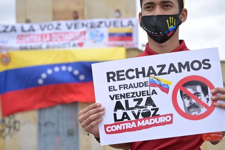 Ciudadanos venezolanos residentes en Colombia se manifiestan contra las elecciones legislativas de Venezuela que se llevan a cabo en su país, en Bogotá, el 6 de diciembre de 2020