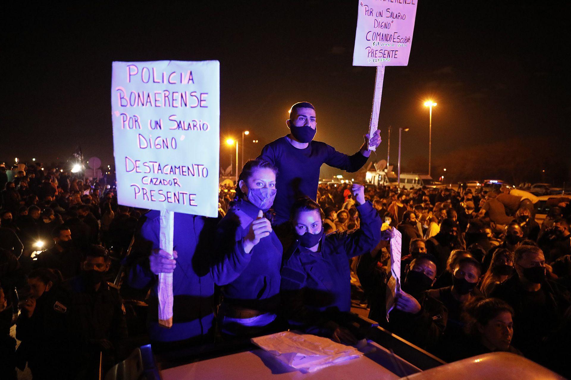 RECLAMO. La protesta de la policía bonaerense en La Matanza, que se saldó con la decisión del Gobierno de quitarle un punto de coparticipación a la Ciudad para dárselo a la provincia