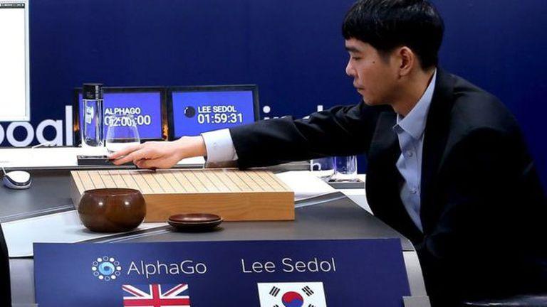 AlphaGo, el programa informático de inteligencia artificial desarrollado por Google DeepMind, venció en cuatro de cinco partidas al surcoreano Lee Sedol, campeón mundial en el juego milenario chino de tablero estratégico denominado Go