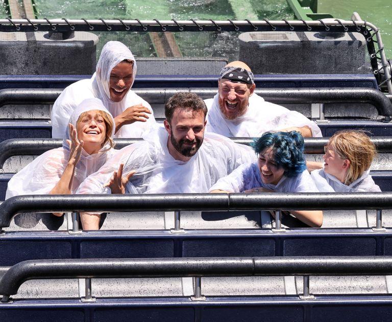 Jennifer Lopez y Ben Affleck junto a sus hijos, en uno de los juegos de Universal Studios