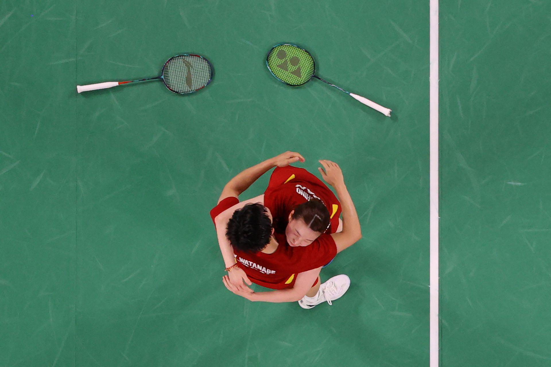 Yuta Watanabe (izq.) De Japón celebra con Arisa Higashino de Japón después de ganar su partido por la medalla de bronce de bádminton en dobles mixtos contra Tang Chun Man de Hong Kong y Tse Ying Suet de Hong Kong durante los Juegos Olímpicos de Tokio 2020 en el Musashino Forest Sports Plaza en Tokio el 30 de julio. 2021.