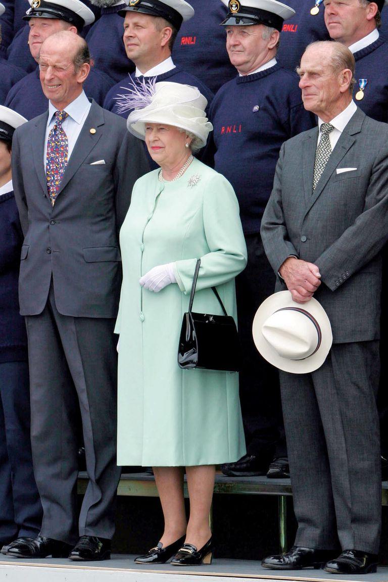 Escoltada por los duques de Edimburgo y de Kent, Isabel II inaugura el primer colegio de socorristas y botes salvavidas de la Royal National Lifeboat Institution, en Poole