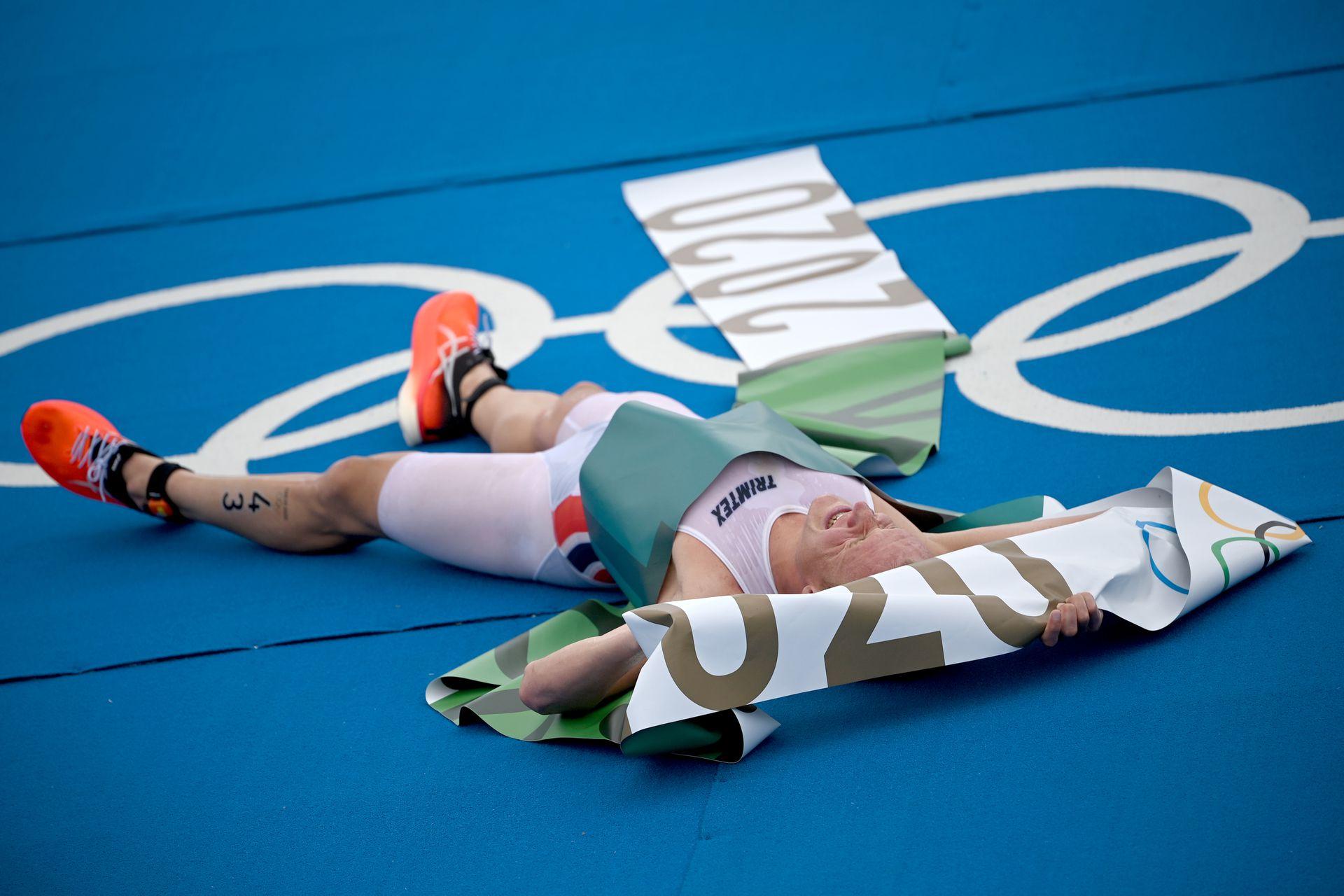 Juegos Olímpicos, distancia olímpica (1,5 km de natación, 40 km de bicicleta, 10 km de carrera), hombres en el Parque Marino de Odaiba. Kristian Blummenfelt de Noruega celebra la victoria en la meta.