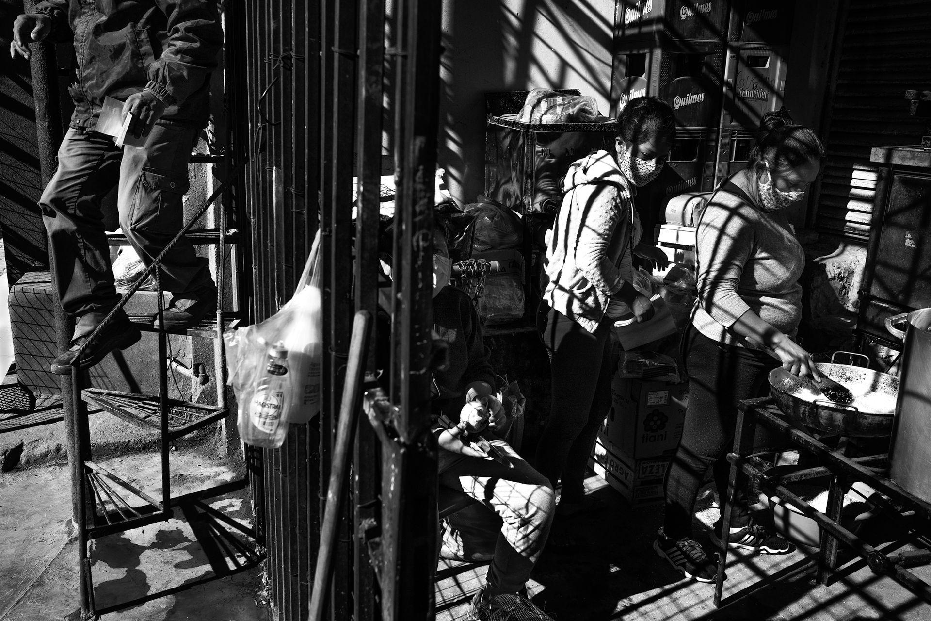 Las cocinas de los comedores que alimentan al barrio se improvisan en casas, como esta manejada por la Corriente Clasista y Combativa. La mayoría de los vecinos son changueros, obreros de la construcción. Sin trabajo, los comedores son la única alternativa para acceder a un plato de comida.