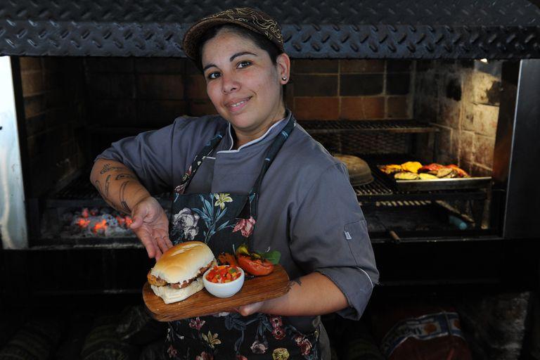 Sabrina Medina se encargará de la presentación del plato y la guarnición, así como la maceración de la carne con especias de identidad nacional