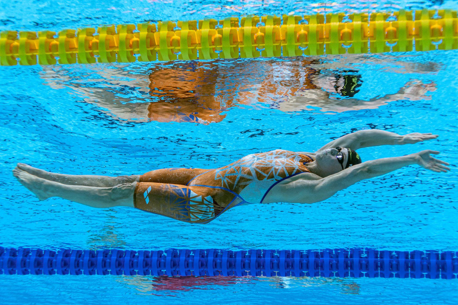 La holandesa Kira Toussaint compite en una semifinal del evento femenino de natación de 100 metros espalda durante los Juegos Olímpicos de Tokio 2020 en el Centro Acuático de Tokio en Tokio el 26 de julio de 2021