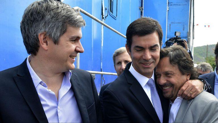 Marcos Peña, días atrás en Salta, con el gobernador peronista Juan Manuel Urtubey y el intendente massista Gustavo Saenz; detrás aparece el ministro Rogelio Frigerio