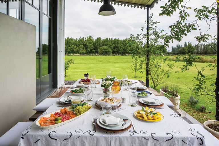 Los dueños de casa prefieren almorzar al fresco y visten la mesa con manteles de hilo heredados. Muy detallistas, eligen copas de cristal, cubiertos de alpaca y platos pintados a mano