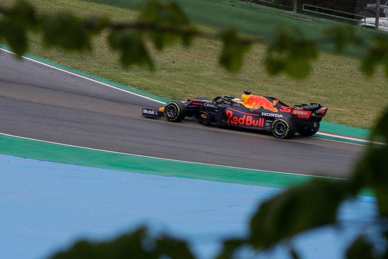 """El único error de Max Verstappen en el Gran Premio de Emilia Romaña ocurrió detrás del auto de seguridad, cuando se despistó poco antes del relanzamiento; fue """"un susto tremendo"""", reconoció el neerlandés de 23 años."""