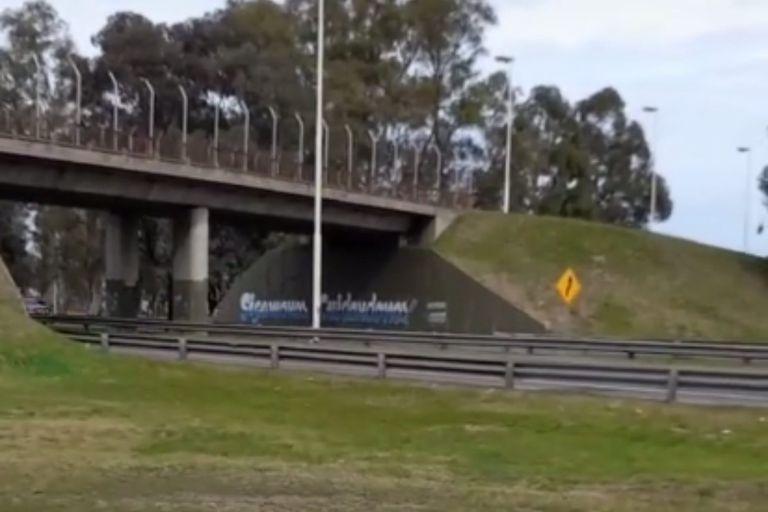Un cartel con un error gramatical debajo de un puente en la autopista de Ezeiza se volvió viral en internet