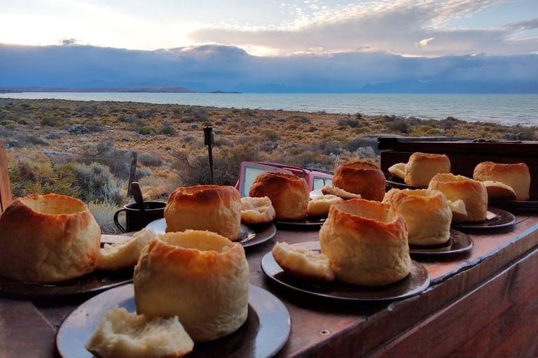 Servida en panes caseros, la cazuela de cordero con hongos de pino se convierte en el souvenir perfecto de una tarde de caminata
