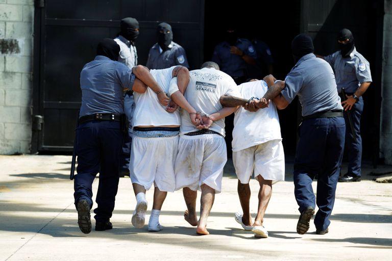Integrantes de la Mara Salvatrucha son llevados a prisión de máxima seguridad en Zacatecoluca, El Salvador, en noviembre de 2016. REUTERS/Jose Cabezas