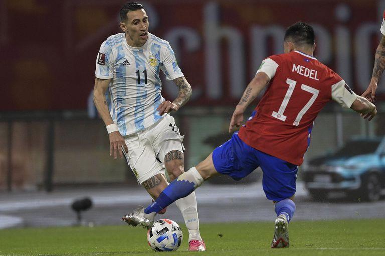Di María encara a Gary Medel durante el partido entre la Argentina y Chile, que se disputa en el estadio Madre de Ciudades, de Santiago del Estero.