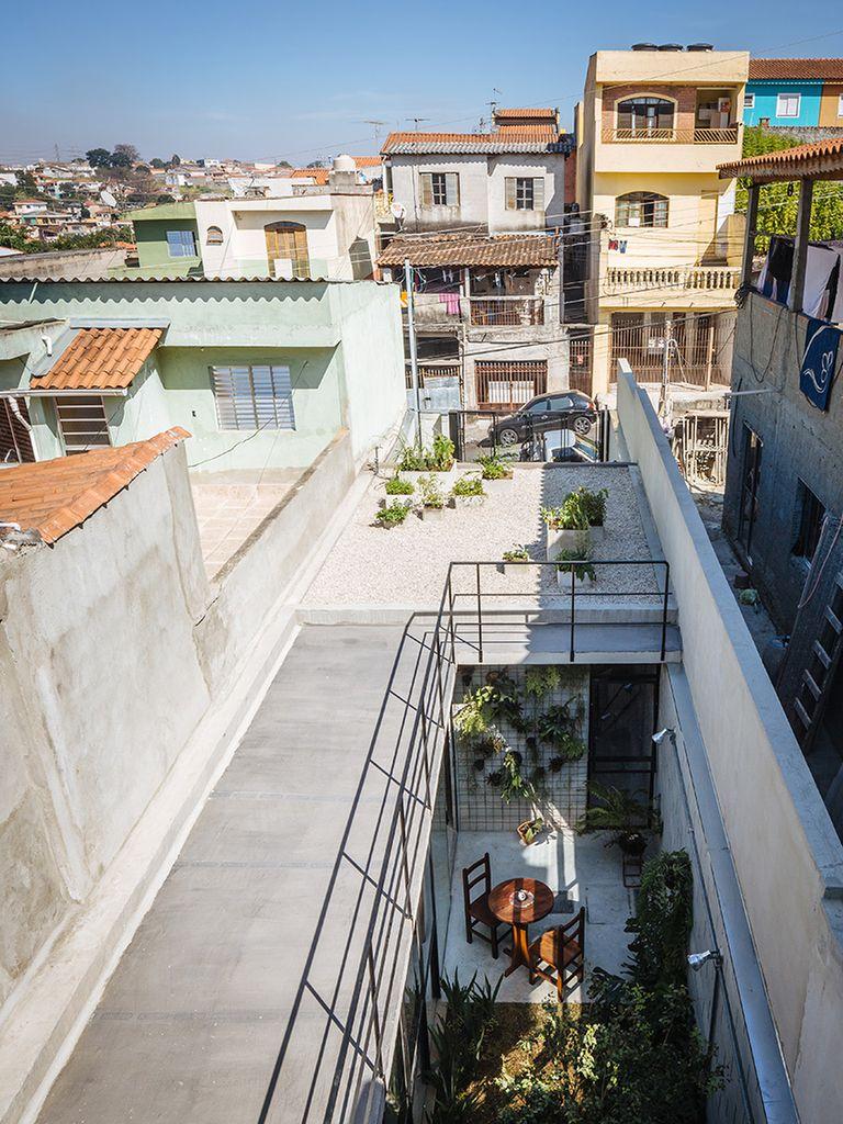 Así se ve la terraza y el patio interno de la casa, desde arriba