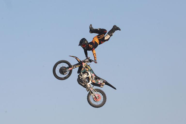 Los pilotos de motos hicieron acrobacias en el aire y Bj Baldwin hizo una gran demostración con su camión de 900 caballos de fuera