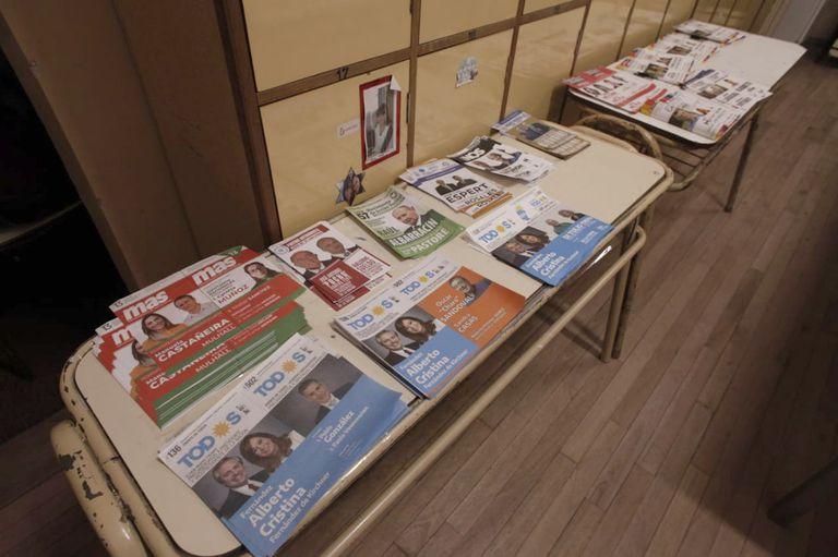Las boletas desplegadas en un cuarto oscuro: postal de un sistema electoral que está en discusión