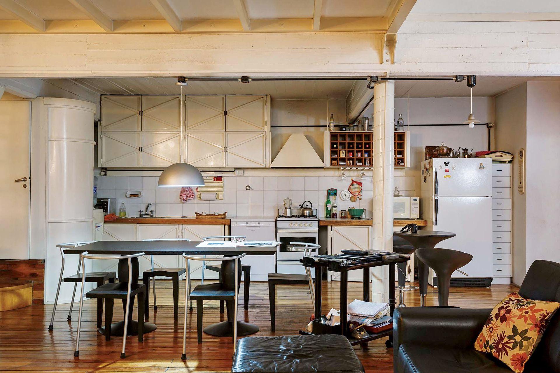 La planta baja es abierta: contiene el living, la oficina, la cocina y el comedor.