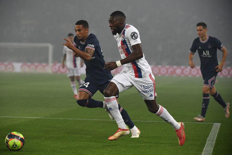 Karl Toko Ekambi encarando con pelota dominada por el sector izquierdo de la cancha para Lyon