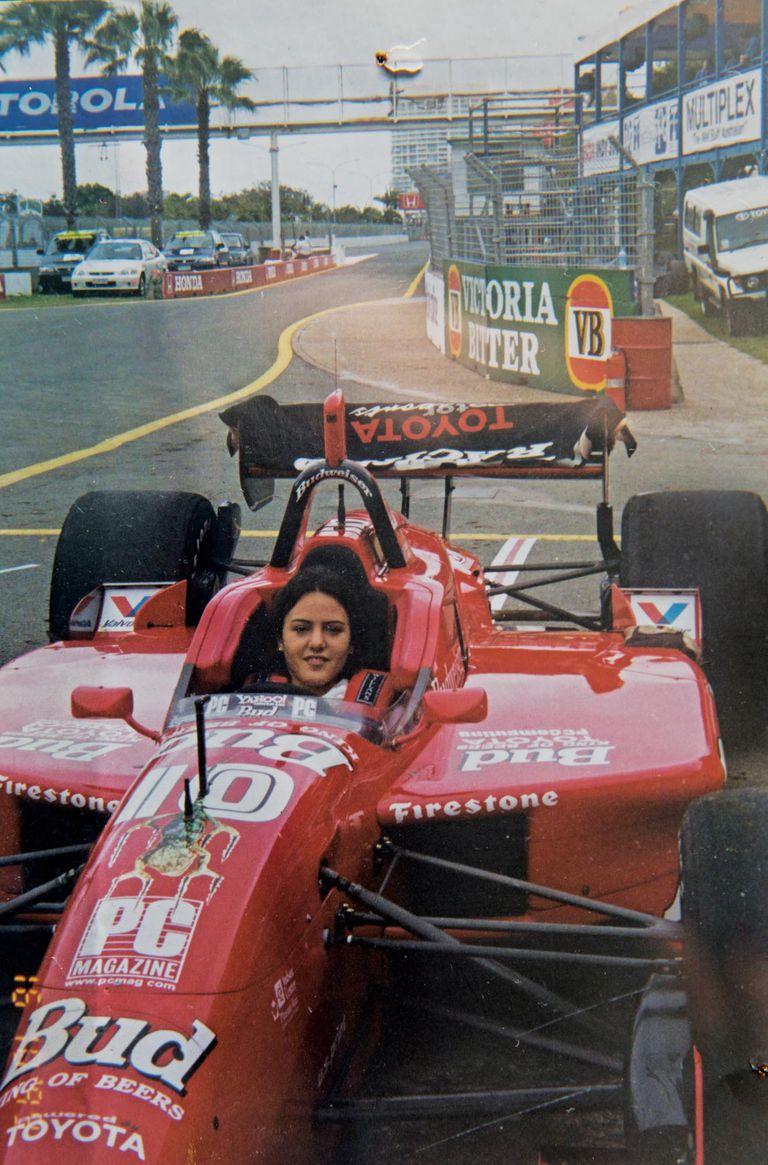 Ianina a los 17 años en Australia, arriba de un Indy Kart del equipo de John Della Penna