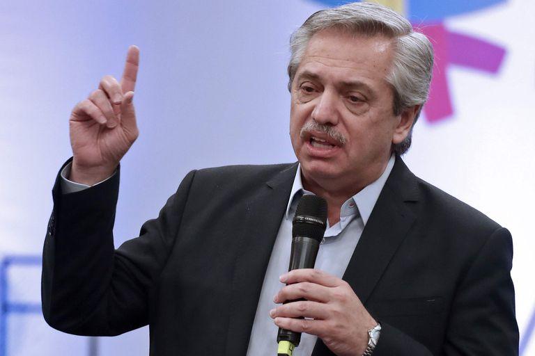 """El estudio informa que los """"datos de inflación y la victoria de Alberto Fernández pesaron sobre el peso, en parte compensado por la decisión del Banco Central (BCRA) de ajustar las restricciones que, sin embargo, que sin embargo están alimentando el paralelo""""."""