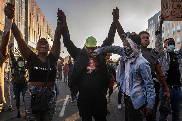 Manos unidas contra el racismo en una de las tantas manifestaciones que estallaron desde el viernes en todo Estados Unidos y seguidas con asombro por el resto del mundo