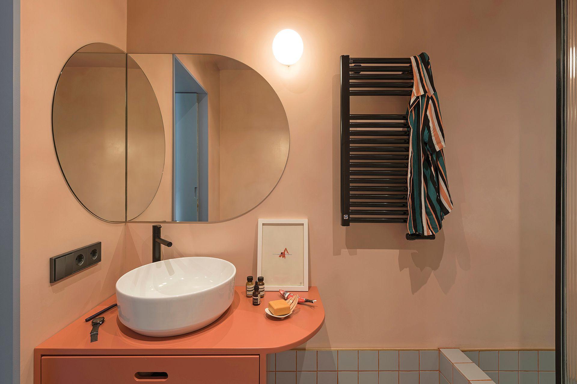 Mueble laqueado hecho a medida por el Estudio CaSA. Grifería, bacha y ducha, de Bruma.
