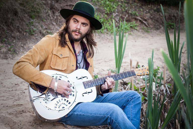 Se crio en el backstage de Riff, giró con los ex Black Crowes y temió no volver a tocar la guitarra. Cómo encontró su camino personal en el sonido sureño sin renegar de la pesada herencia