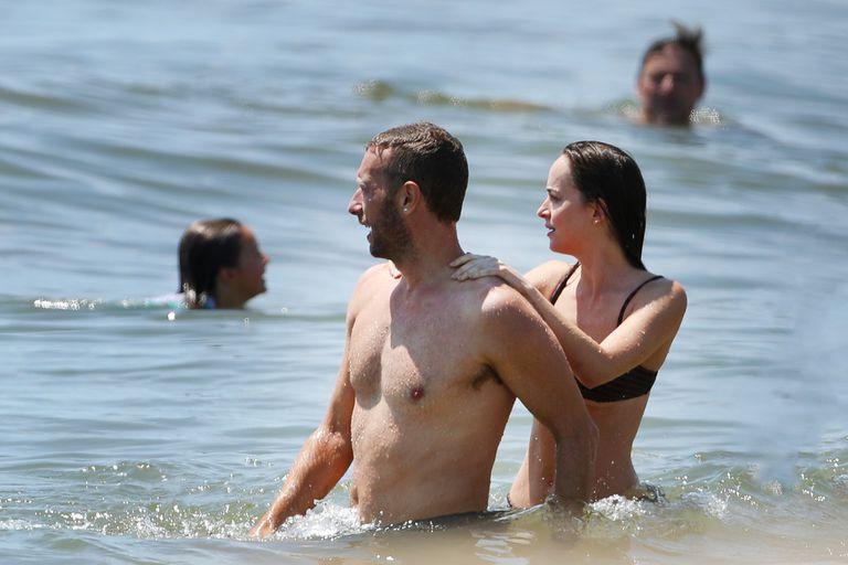 Tras la crisis, Dakota Johnson y Chris Martin se mostraron muy cariñosos en la playa de los Hamptons