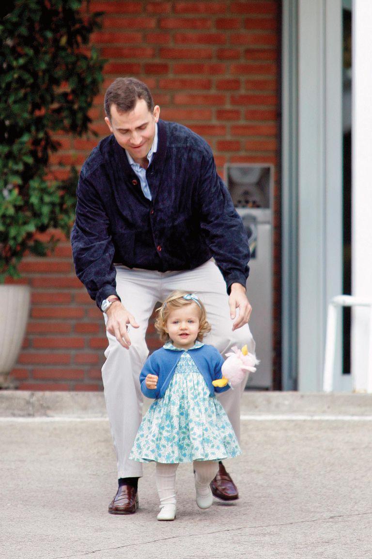 En una tierna fotografía tomada el 29 de abril de 2007 junto a su padre, Felipe, quien por entonces era príncipe de Asturias y ella, una beba, dando sus primeros pasos