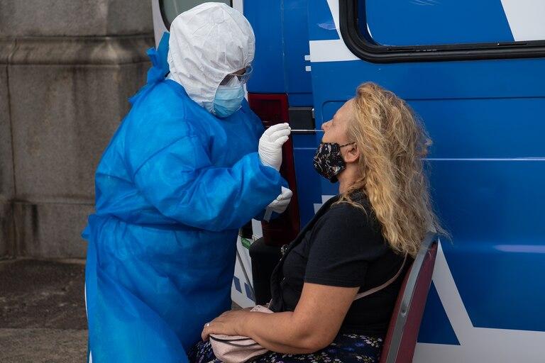 Una persona se somete a una prueba de PCR para Covid-19 en una instalación de pruebas frente al Congreso de Uruguay en Montevideo el 18 de diciembre de 2020, en medio de la pandemia del nuevo coronavirus